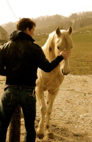 Looks like he's good with horses too, a *must* for Jamie's character.